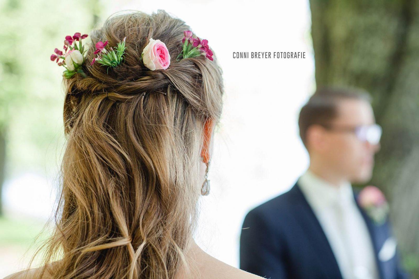 Brautfrisur Mit Frischen Blumen Athmoshair Ihr Friseur In Lindau